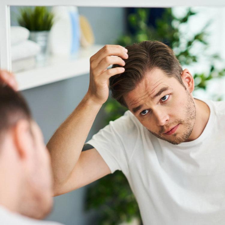 Homem verifica efeitos do actrisave no espelho do banheiro