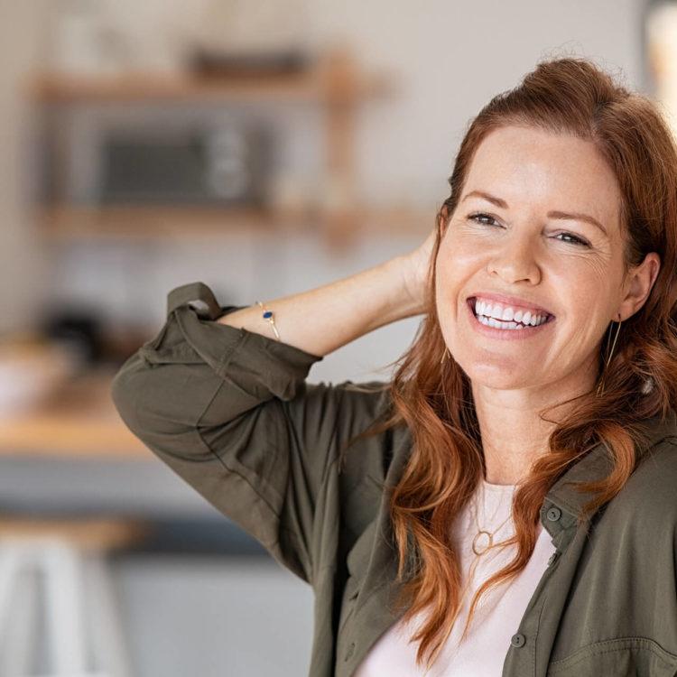 mulher madura sorrindo, se sentindo bem